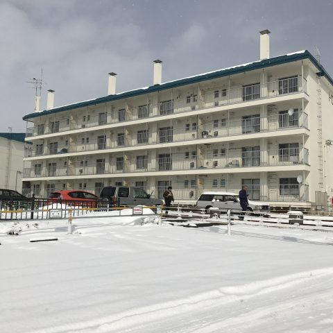 雪が積もった団地